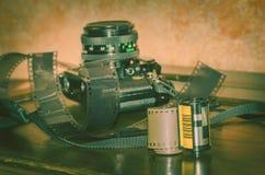 Viterbe Italie 16/03/2018 vieil appareil-photo analogue de canon avec des bandes des négatifs Image stock