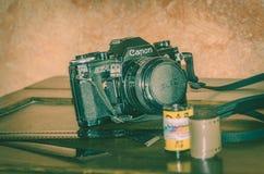 Viterbo Italia 16/03/2018 cámara análoga vieja del canon con las tiras de negativas fotos de archivo