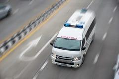 Vitesse de mouvement de véhicule de secours de vue supérieure sur la route Photos libres de droits