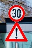 Vitesse 30 de signe avertissant Images libres de droits