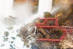 Vitesse de volet lente de chutes du Niagara avec le paquet rouge photo stock