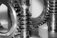 Vitesse industrielle et vitesse circulaire, roue dentée Noir et blanc modifié la tonalité images libres de droits