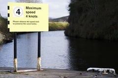 Vitesse maximale 4 noeuds sur le signe de sécurité de l'eau de canal photo stock