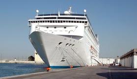 Vitesse normale de bateau dans le port Photo libre de droits