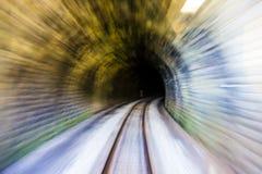 Vitesse se déplaçant dans le tunnel de chemin de fer photo libre de droits