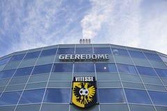 Vitesseembleem op stadion gelredome in de Nederlandse stad van Arnhem Stock Fotografie