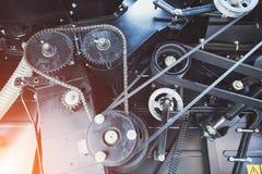 Vitesses avec la commande à chaînes, poulies avec des courroies de transmission Fond mécanique industriel Photos libres de droits