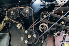 Vitesses avec la commande à chaînes, poulies avec des courroies de transmission Fond mécanique industriel Photographie stock