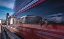 Vitesses d'autobus de Londres à travers le pont de Londres Photos libres de droits