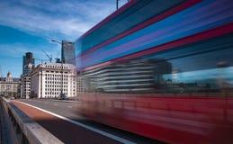 Vitesses d'autobus de Londres à travers le pont de Londres Photographie stock