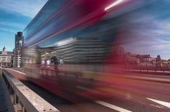 Vitesses d'autobus de Londres à travers le pont de Londres Photo stock
