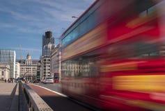 Vitesses d'autobus de Londres à travers le pont de Londres Photo libre de droits