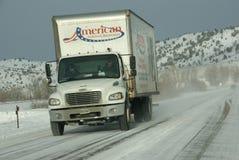 Vitesses de circulation le long des routes glaciales et neigeuses Photographie stock libre de droits