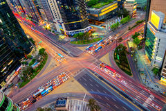 Vitesses du trafic par une intersection dans Gangnam Images libres de droits