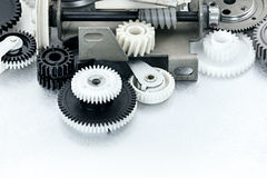 Vitesses en plastique noires et blanches industrielles sur le fond rayé Images stock