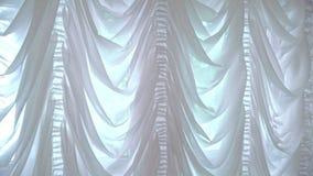 Vitgardiner i en lyxig inre Slut upp vitgardiner på fönster stock video