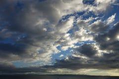 Vitgrå färgmoln och blå himmel arkivfoton