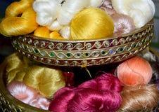 Vitguling och andra färgsilke dragar abstrakt bakgrund för rulle Royaltyfri Foto