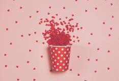 Vith lilla hjärtor för en polkadottetkopp lite varstans Bästa sikt, lekmanna- lägenhet Begrepp för dag för St-valentin` s Fotografering för Bildbyråer