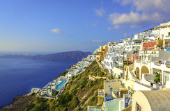 Vithus på klippan av den Santorini ön Arkivbilder
