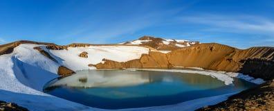 Viti krateru jeziora zieleni powulkaniczna powierzchnia z śniegiem i niebieskim niebem, Obrazy Stock