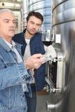 Viticulteurs servant le vin photos libres de droits