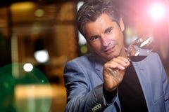 Viticultor en el vino-sótano que sostiene el vidrio de vino imagen de archivo libre de regalías