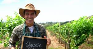 Viticultor que sostiene un aviso almacen de video