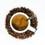 Time som dricker svart kaffe Arkivbild