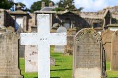 Vitkors på en celtic kyrkogård Arkivbild
