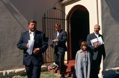 Vitkristen utanför en kyrka i Sydafrika. Arkivfoton