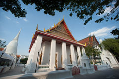 Vitkyrka i den forntida templet, Bangkok, Thailand Royaltyfri Foto
