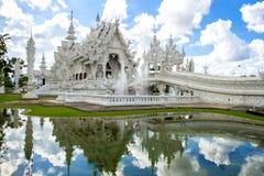 Vitkyrka i Wat Rong Khun, Chiang Rai landskap Royaltyfria Foton