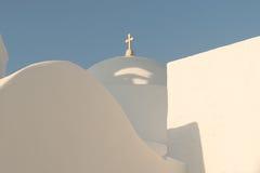 Vitkyrka med ljus - blå trulli på den Paros ön i Grekland Arkivfoto
