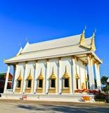 Vitkyrka på templet, Thailand Fotografering för Bildbyråer