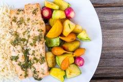 Vitlökörtlax med små grönsaker Fotografering för Bildbyråer