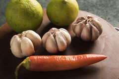 Vitlök citron, kassava, morot i studio Royaltyfri Foto