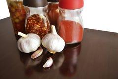 Vitlök, kryddor och smaktillsatser för matöverkant royaltyfria bilder
