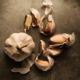 Vitlök med artistically spridda kryddnejlikor omkring Arkivbild
