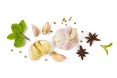Vitlök och kryddan isolerade bästa sikt för vit bakgrund Arkivfoto