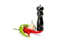 Vitlök, pepparchili och pepperbox som isoleras på vit Arkivfoton