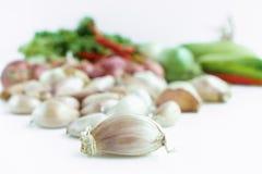 Vitlökkula med grönsaken i bakgrund Arkivbild