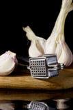Vitlökpress och kryddnejlikor av vitlök Royaltyfria Foton