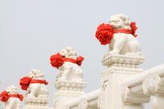 Vitmarmorstaty av de materiella stenlionsna, kinesisk traditi Arkivbild