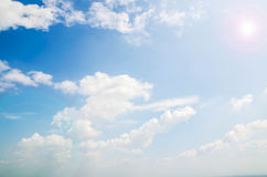 Vitmoln och blå himmel för frikänd rider ut naturen Royaltyfri Bild