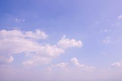 Vitmoln och blå himmel för frikänd rider ut naturen Arkivfoton