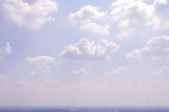 Vitmoln och blå himmel för frikänd rider ut naturen Royaltyfria Foton
