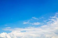 Vitmoln och blå himmel för frikänd rider ut naturen Arkivfoto
