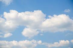 Vitmoln och blå himmel för frikänd rider ut naturen Royaltyfri Foto