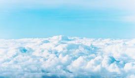 Vitmoln som svävar på den blåa himlen Arkivfoto